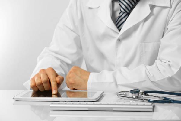 medico analisando laudo a distância