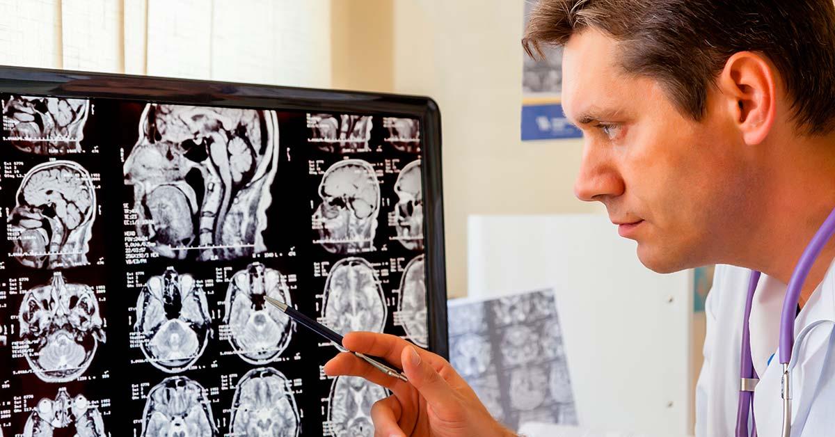 medico radiologista laudando exame