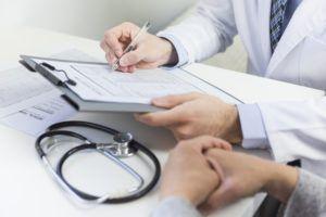 paciente vendo laudo de exame