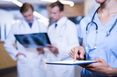 Equipe avaliando laudos de radiologia