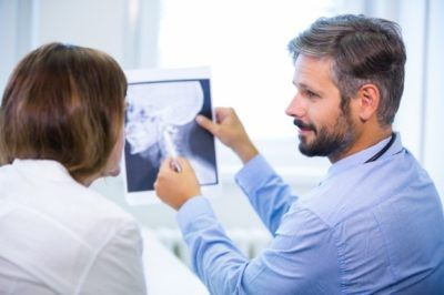 radiologista observando exame