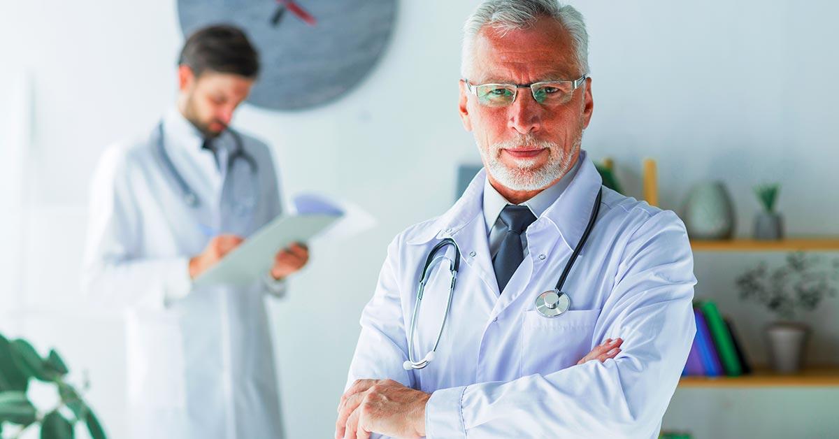 médicos seguindo programa de acreditação hospitalar