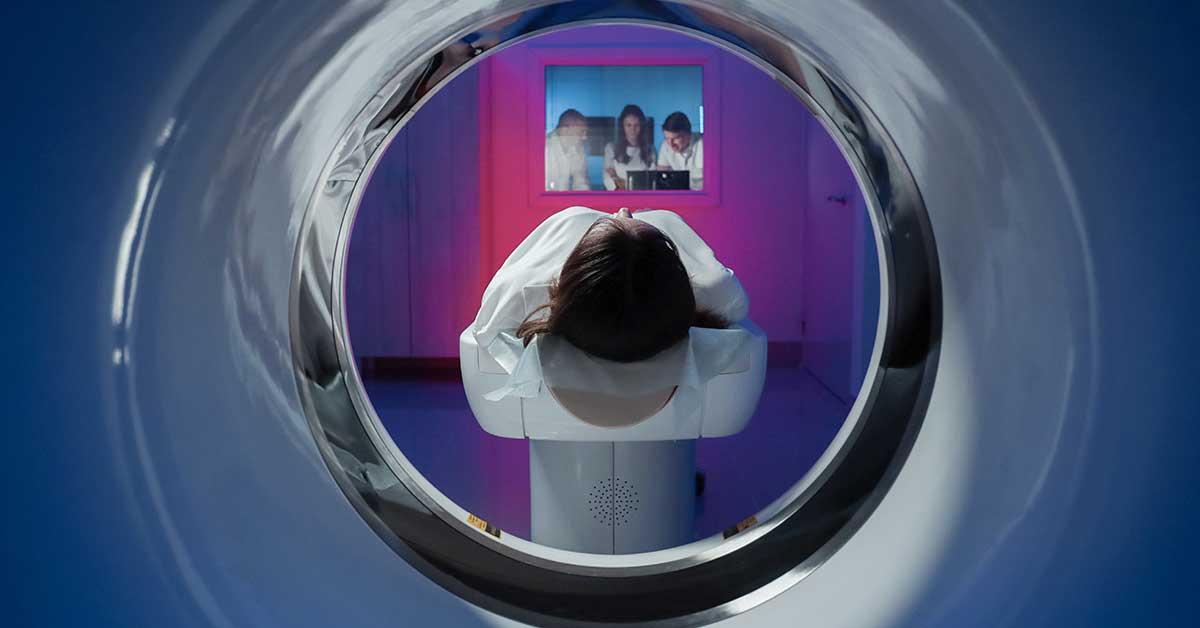 paciente realizando exame de tomografia computadorizada