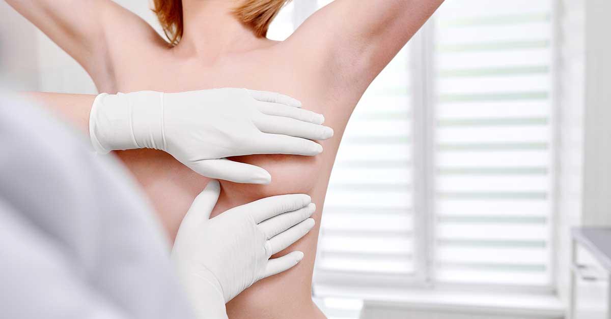 medico tocando a mama em de mamografia