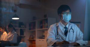 médicos em plantões noturnos