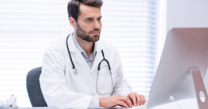 médico usando inteligencia artificial na radiologia