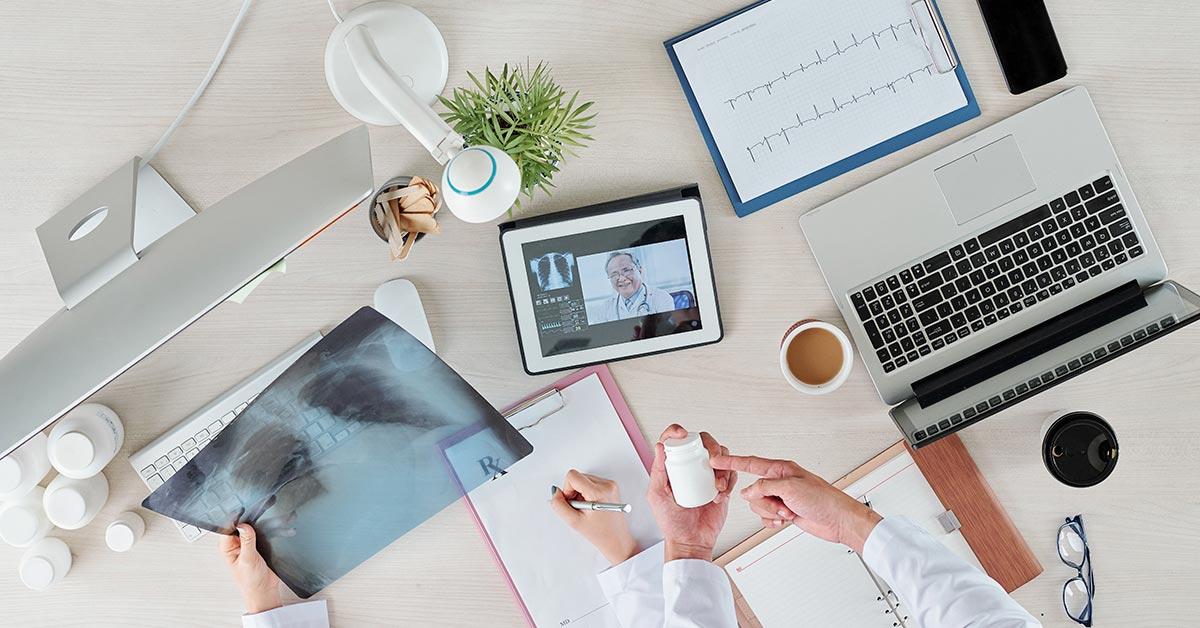medicos laudando com telemedicina radiologica