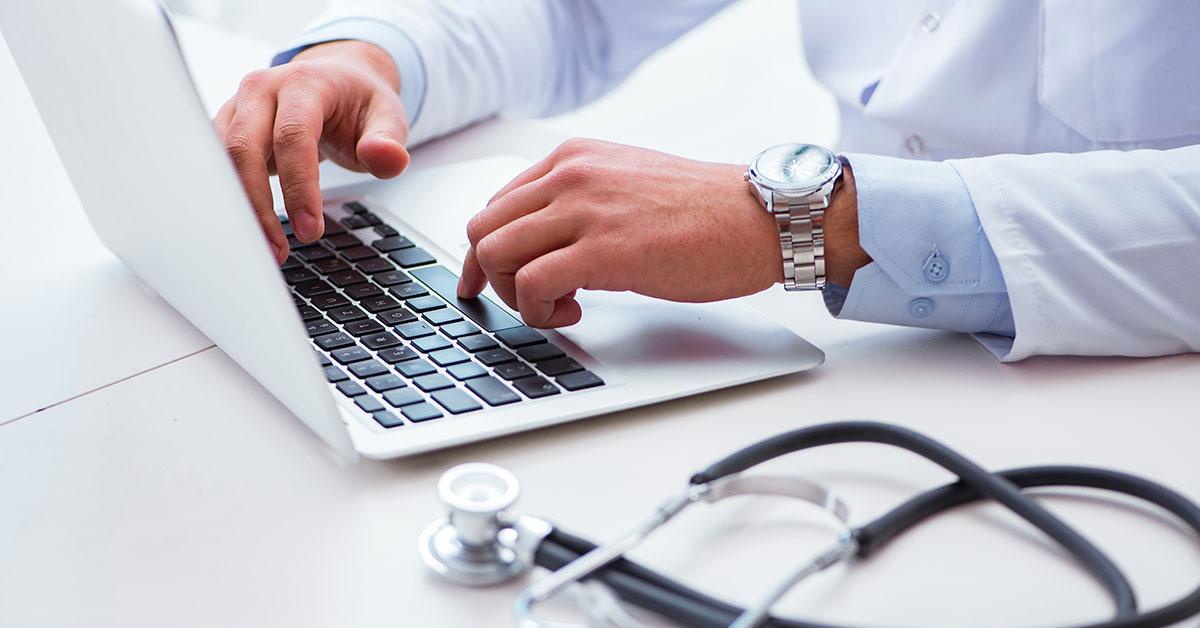 medico usando computador