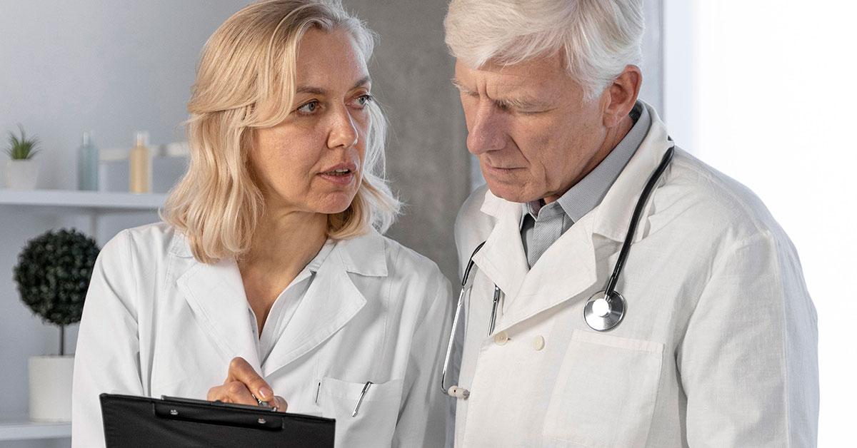 médicos conversando sobre laudo radiológico